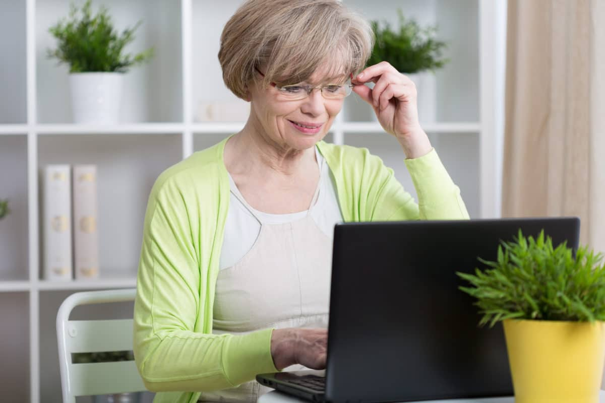 chronic pain support groups woman on her laptop looking for online support groups